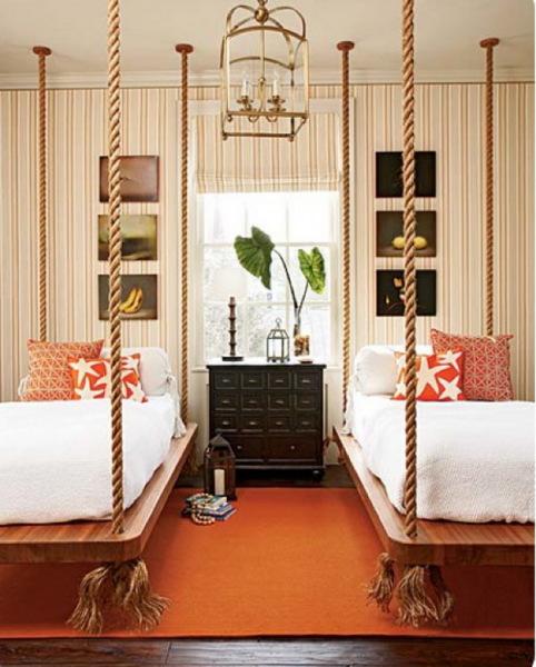 кровать, подвешенная на веревках