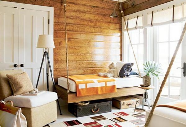 диван, подвешенный на веревках