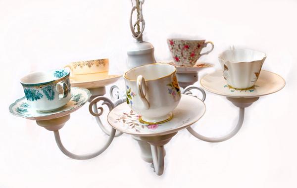 чайный сервиз в роли люстры