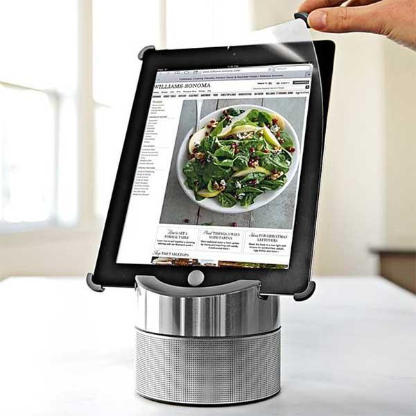 Металлическая подставка для пользования IPad на кухне