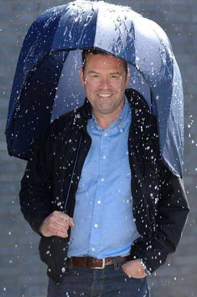 Windproof Umbrella от Stephen Collier - дизайнерский зонт, защищающий от ветра, дождя и молнии