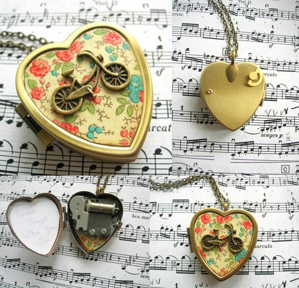 кулон в виде сердца с музыкальной шкатулкой внутри