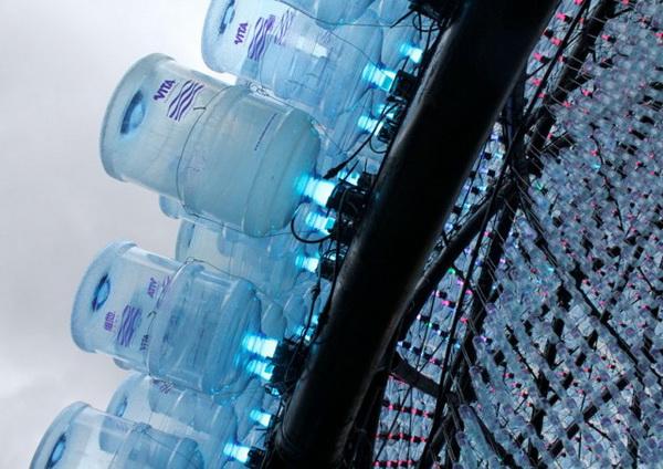 Оригинальный павильон-маяк «Восходящая луна» из пластиковых бутылок