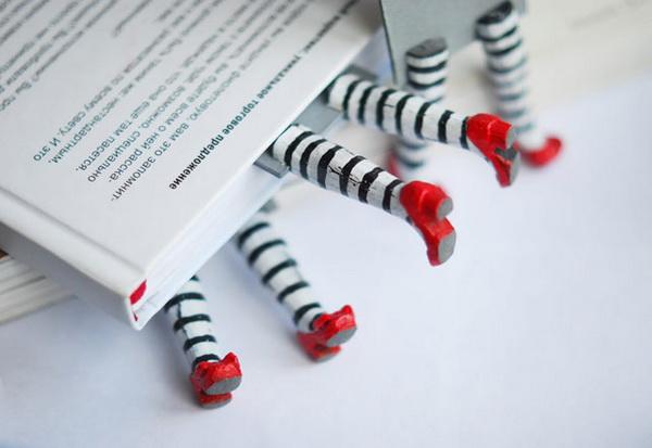 закладка для книг в виде ног