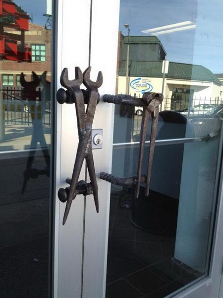 гаечные ключи в качестве дверной ручки