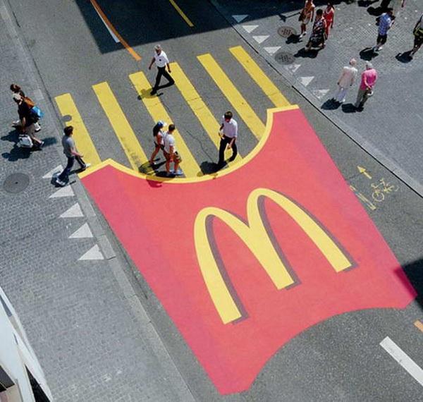 реклама McDonalds на пешеходном переходе