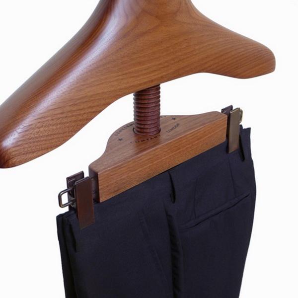 оригинальная вешалка для одежды от Sam Brown