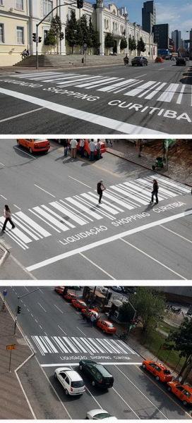 Пешеходный переход с рекламой торгового центра