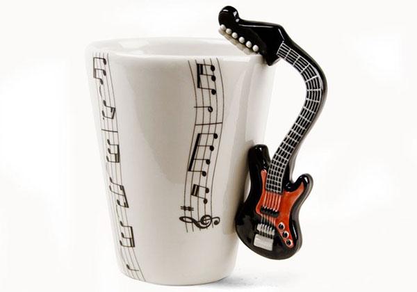 чашка с ручкой в форме гитары