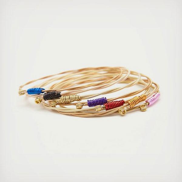 Необычные браслеты, созданные из использованных гитарных струн