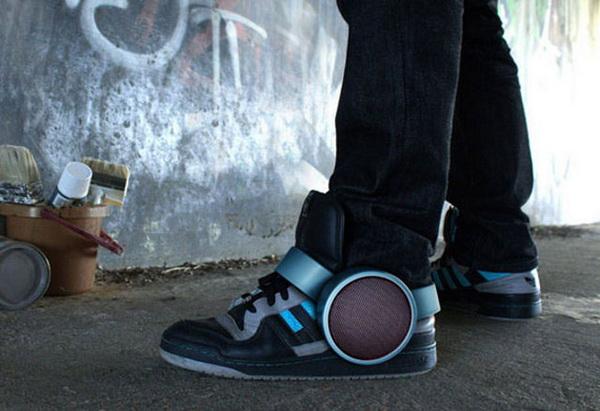 динамики, встроенные в кроссовки