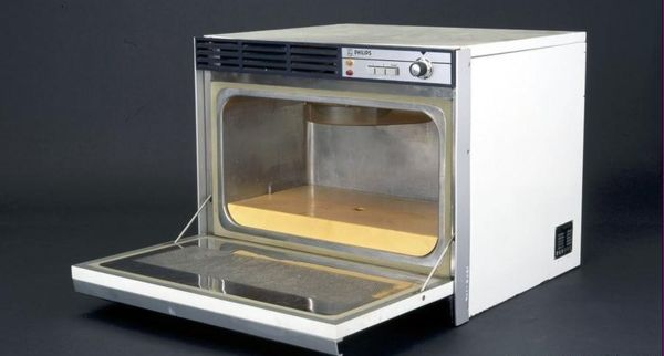 Одна из первых микроволновых печей