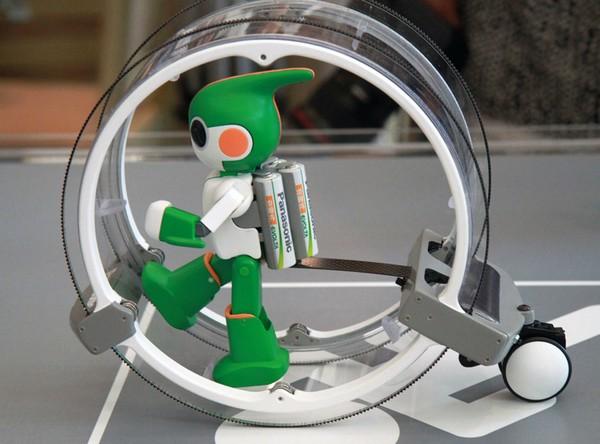 Робот Evolta в колесе для ходьбы