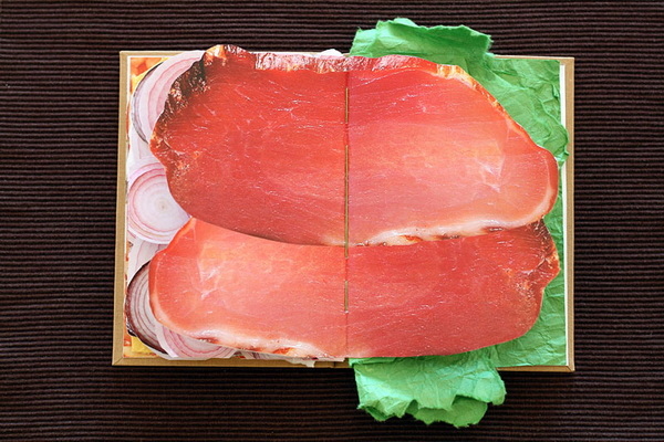 книга, иллюстрирующая продукты из сэндвича