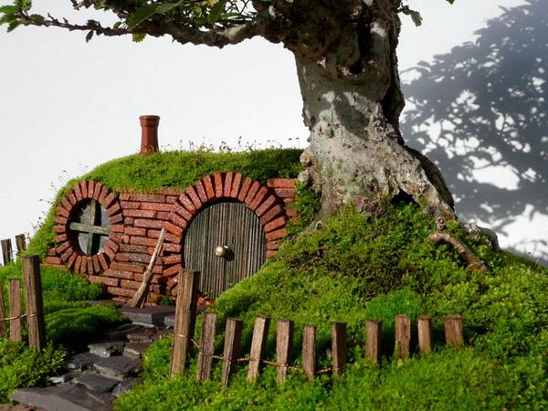 потрясающее дерево-бонсай с домиком у подножья