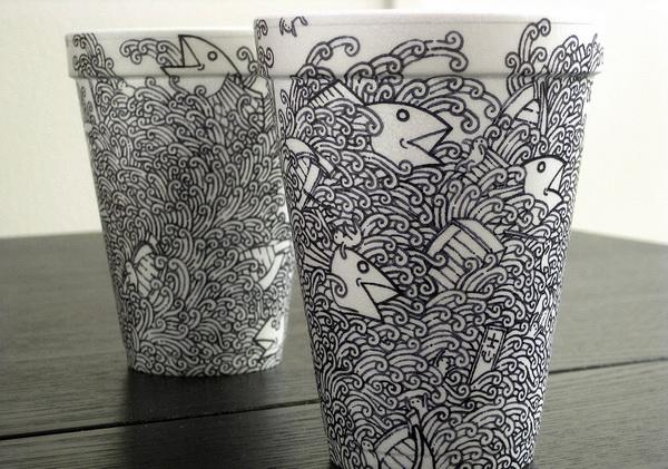 художник Cheeming Boey раскрашивает стаканчики в кафе
