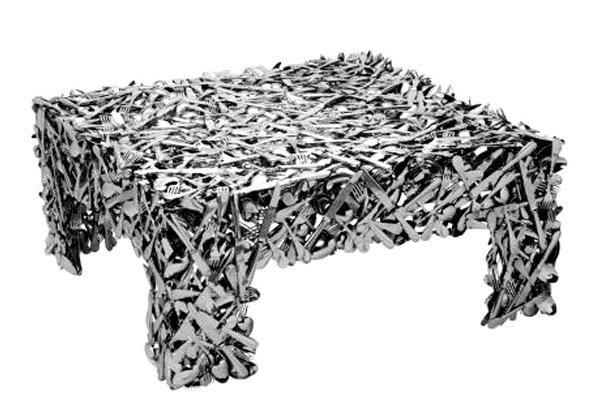 Стол, где исчезают столовые приборы