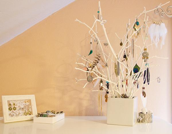 Оригинальное дерево в качестве подставки для украшений