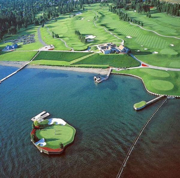 Поле для гольфа на острове
