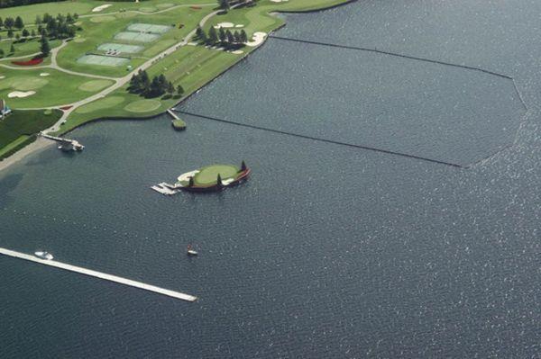 Поле для гольфа на озере в Айдахо