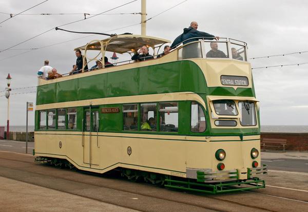 Двухэтажный трамвай с открытым вторым этажом в Блэкпуле