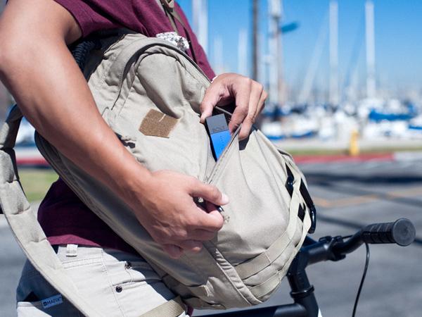 Компактное зарядное устройство можно без труда носить в сумке или кармане одежды