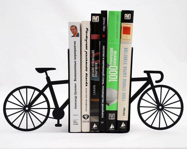 Велосипед в роли подставки для книг