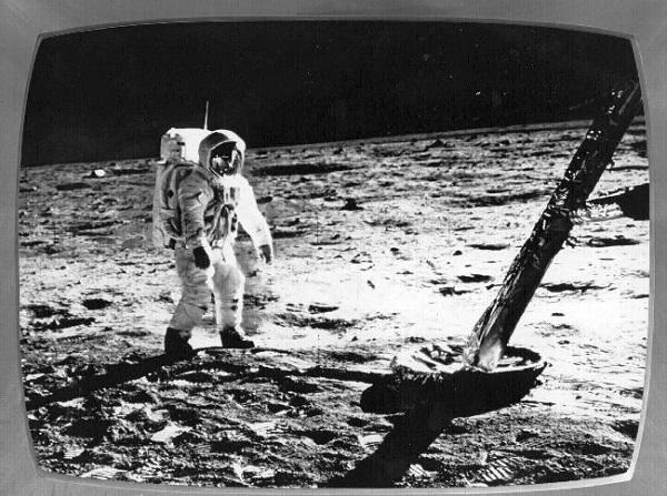 Neil Armstrong, отправленный на Луну с космодрома John F. Kennedy Space Center