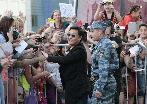 Более 1000 девушек встретили рэпера PSY в Москве