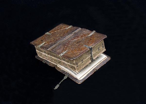 Старинная книга с молитвами