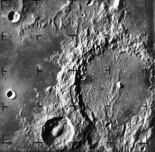 Фото лунной поверхности, полученное Рейнджером-9.