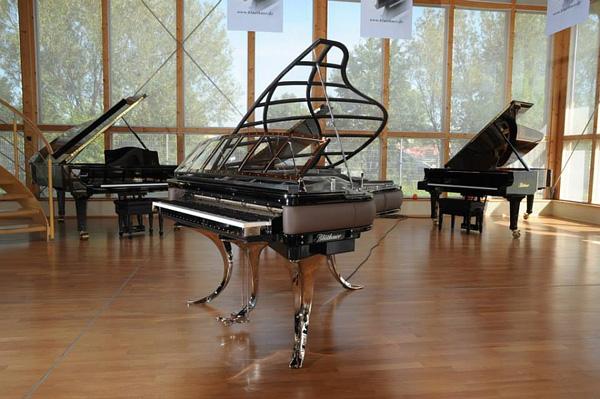 Изысканные рояли на выставке Bluthner.