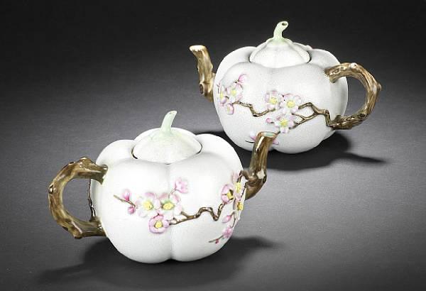 Пара заварочных чайников из «розового семейства»