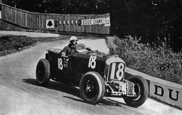 Генри Биркин за рулём Bentley Blower на гоночной трассе. Фото: kemafia.com