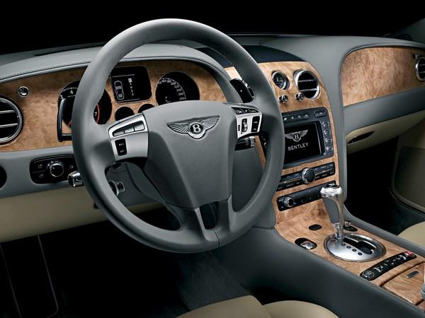 Приборная панель Bentley Continental GT (2003 г.) Фото: caradisiac.com