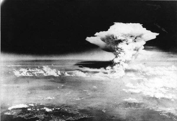 Взрыв над Хиросимой. Фото из Мемориального музея мира (Япония, Хиросима).