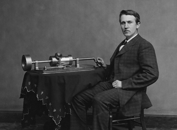 Молодой Томас Эдисон с прототипом фонографа
