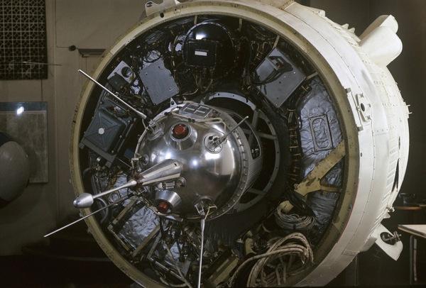 Автоматическая межпланетная станция Луна-1 (СССР, январь 1959 г.).
