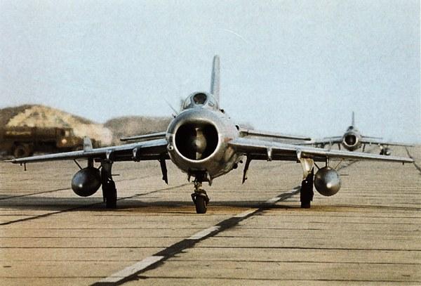 Первый сверхзвуковой самолёт МиГ-19.