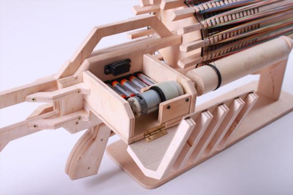 Механизм приводится в действие с помощью небольшого электрического двигателя, питаемого 5 батарейками AA.