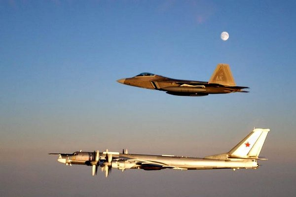 Бомбардировщик Ту-95  вблизи Алеутских островов в сопровождении истребителя. Фото: http://sfcitizen.com