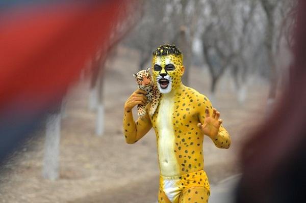 Марафонец в образе леопарда