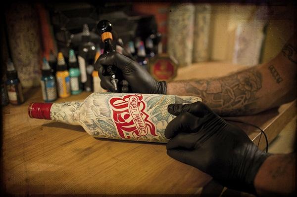 Бутылки с татуировками от Sebastien Mathieu