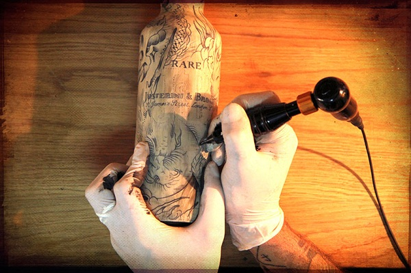 Татуированные бутылки с виски от Sebastien Mathieu