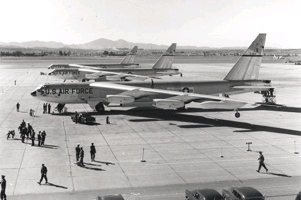 Самолеты В-52B на земле готовятся к кругосветному полету. Источник фото: jitterbuzz.com