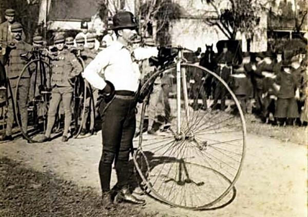 Томас Стивенс и его велосипед. Источник фото: diletant.ru