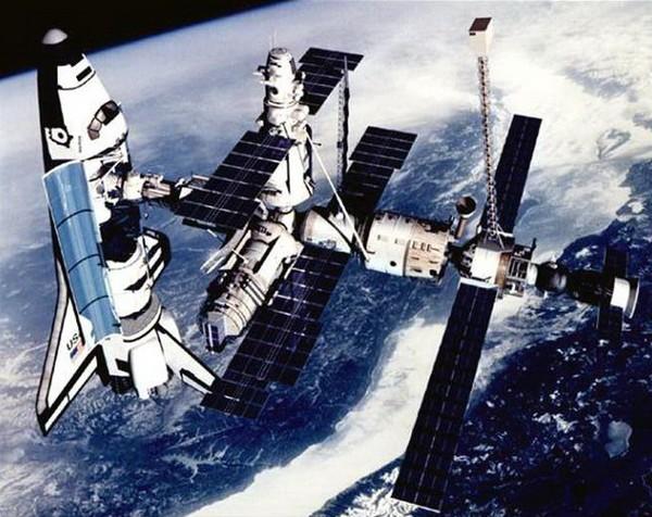 Орбитальная станция Мир и состыкованный с ней американский шаттл. Источник фото: manonmoon.ru