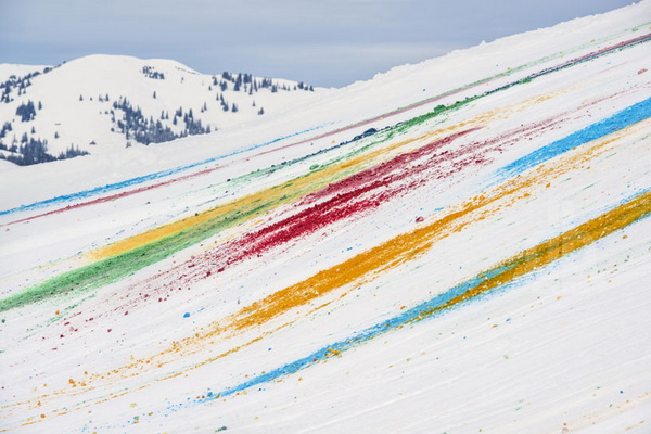 Рисунки на горном склоне от Olaf Breuning