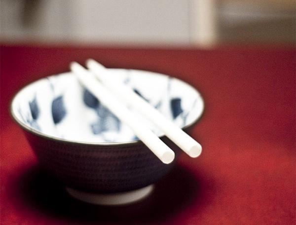 Концепт столового прибора, объединивший китайские палочки и коктейльную соломку.