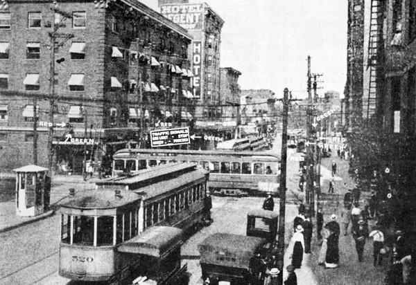 Перекресток в Кливленде с первыми электрическими светофорами. Источник фото: fcext.com